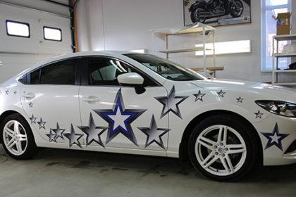 Белый автомобиль, Звезды на борту